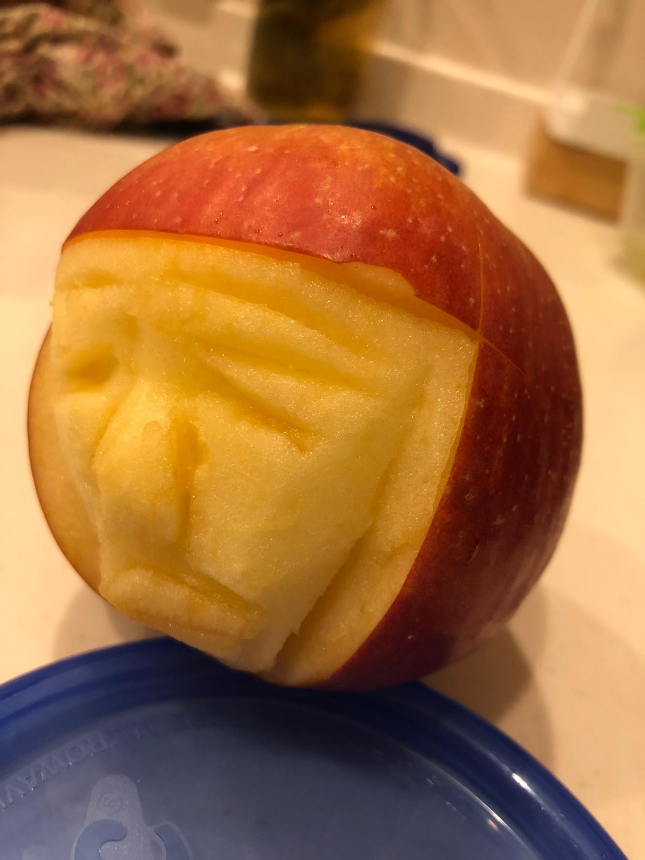 笑顔になるリンゴ